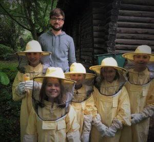 Schülerinnen und Schüler bei den Schulbienen